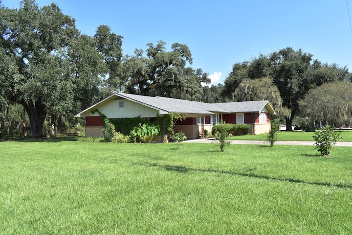 Paradise Oaks Mid Century Gem in Breaux Bridge