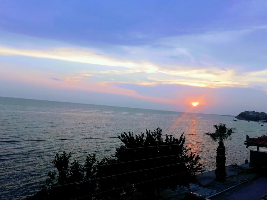 Απολαυστικό ηλιοβασίλεμα από τη βεράντα