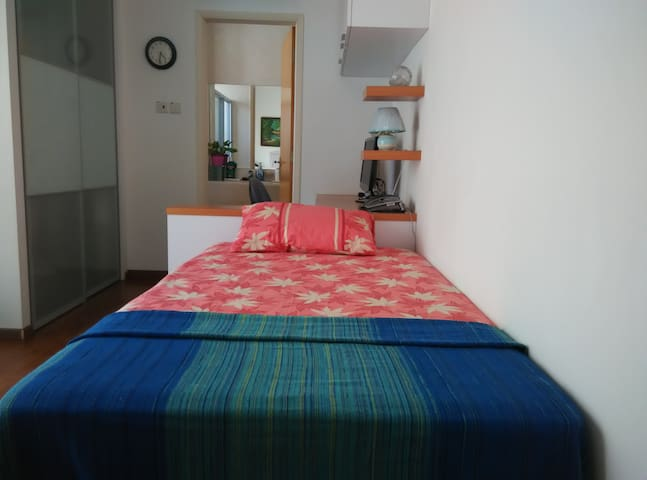 Ensuite room near to airport - LADIES only
