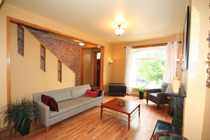 ENTIRE CITY ROW HOUSE  WITH 2 CAR PARKING & YARD