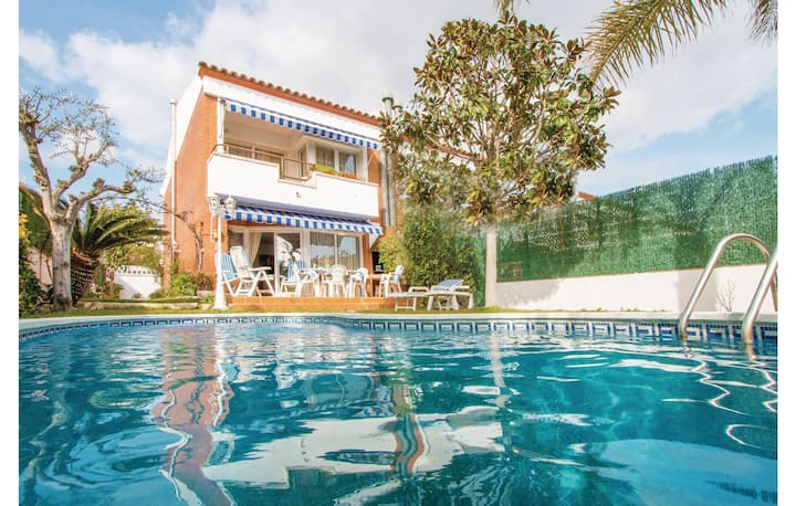 Amazing home in Santa Susanna with 4 Bedrooms and WiFi