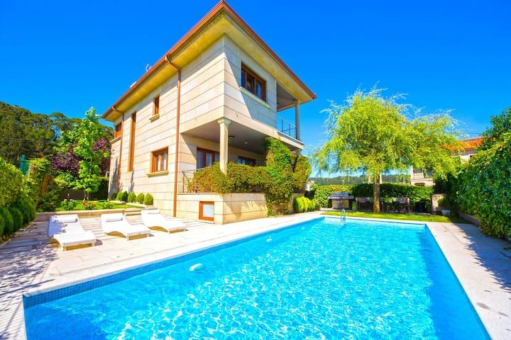 Casa con jardín y piscina en Sanxenxo. Playa Areas