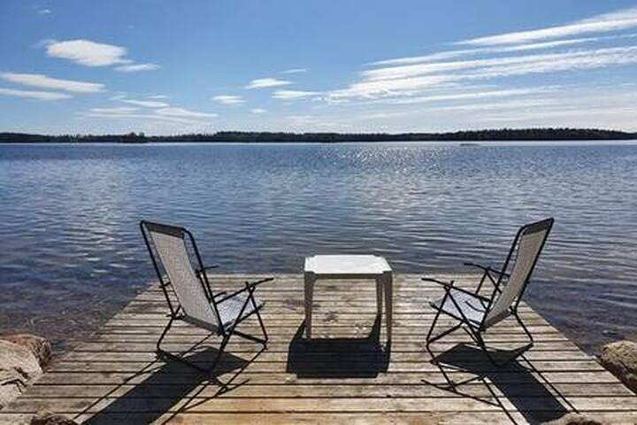Liten stuga vid sjön