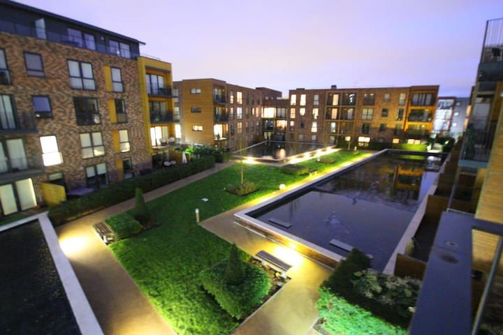 Canons park modern 3 bedroom with fountain view