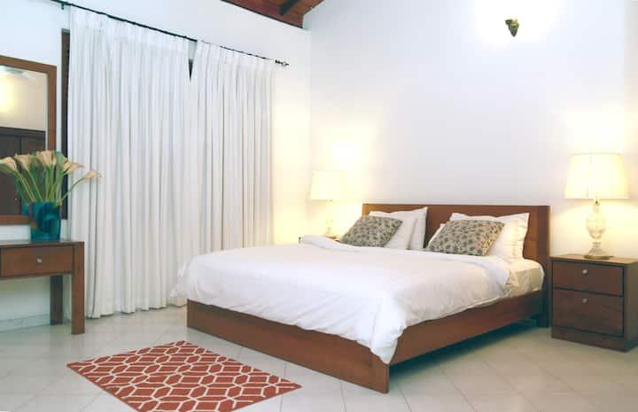 Elegant Luxury Room with Breakfast
