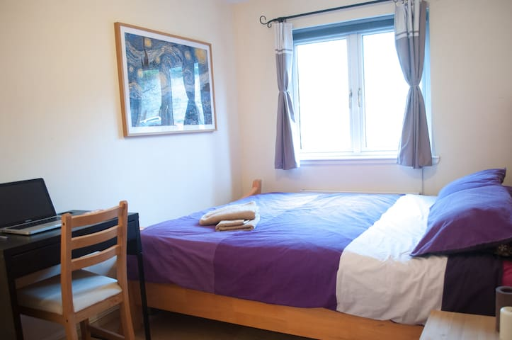 Bright double bedroom in cosy city centre apartm. - Edimburgo - Casa