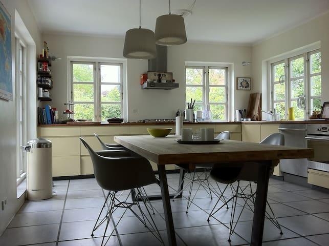 Hyggelig hus med god beliggendehed - Birkerød - Huis