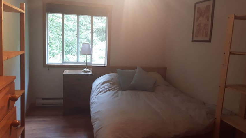 Clean and Peaceful Private Bedroom Close to Town