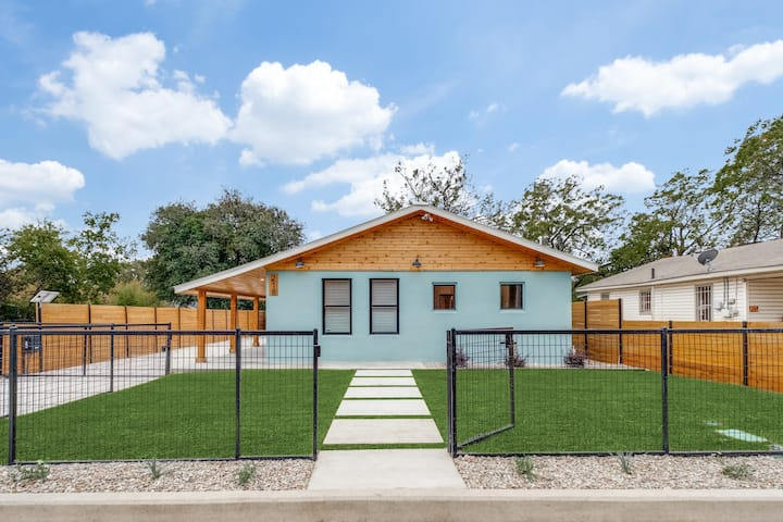 NEW! Casa Blu, Remodeled Downtown Home