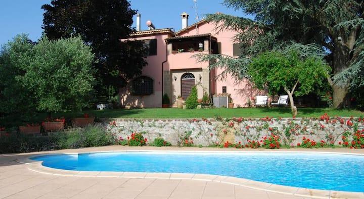 -intero agriturismo,tre appartamenti con piscina.