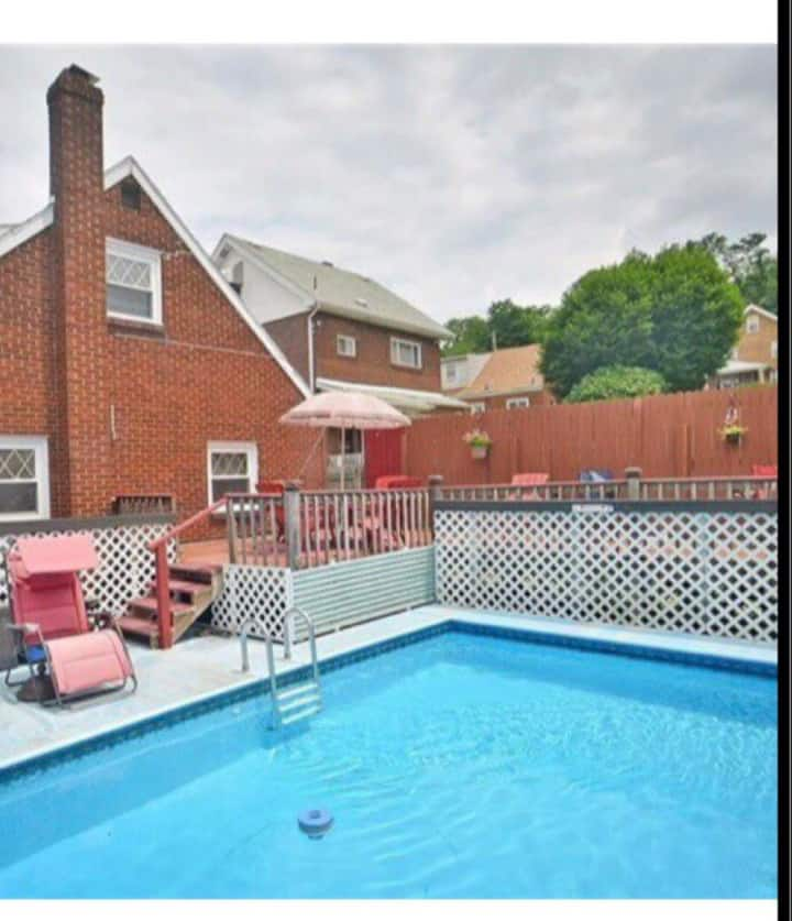Spacious 5 bedroom house with an outdoor pool !!
