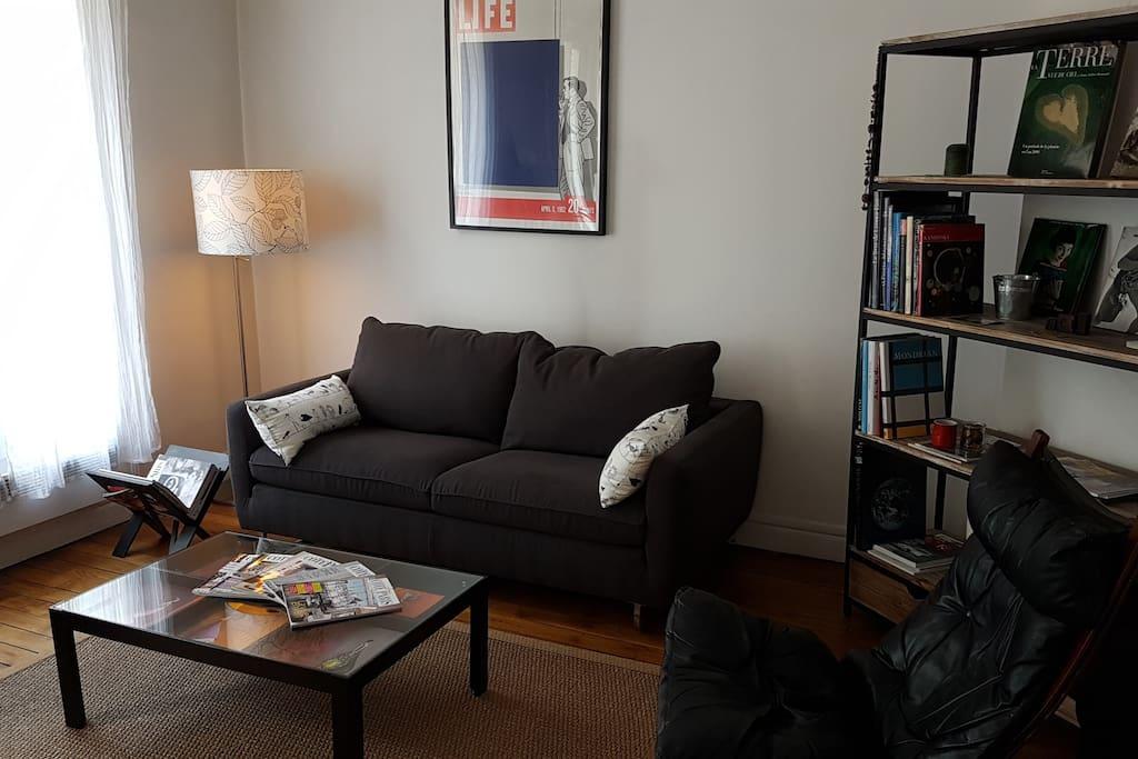 Le grand salon et le canapé convertible très facile à utiliser en complément (très bon couchage pour deux personnes).
