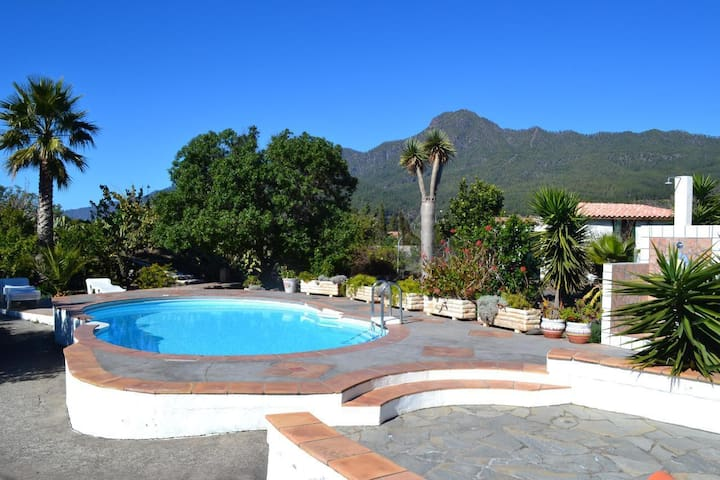 Typical canary cottage with pool located at the edge of El Paso on the sunny western side of the island with fantastic panoramic view of the mountains