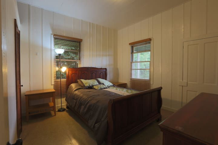 Two bedroom home in Hilo near town