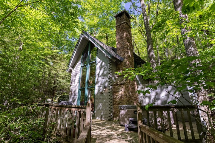 The Dog House - Romantic, Hot Tub, Creekside, Firepit. Perfect couples getaway!