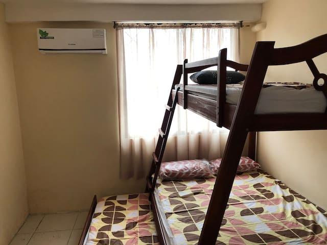 Segundo dormitorio, equipado con una litera triple y aire acondicionado