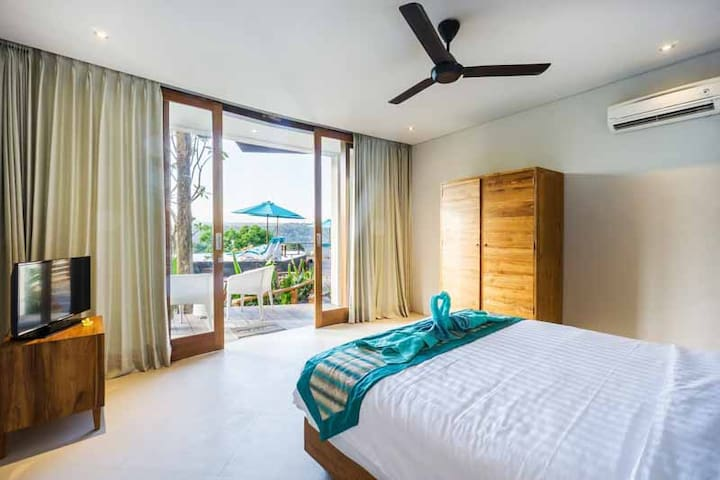 Ground floor king-size bedroom with a wonderful view on the infinity pool and on Ceningan Island. Enjoy a coffee in your bed while taking advantage of this amazing view.