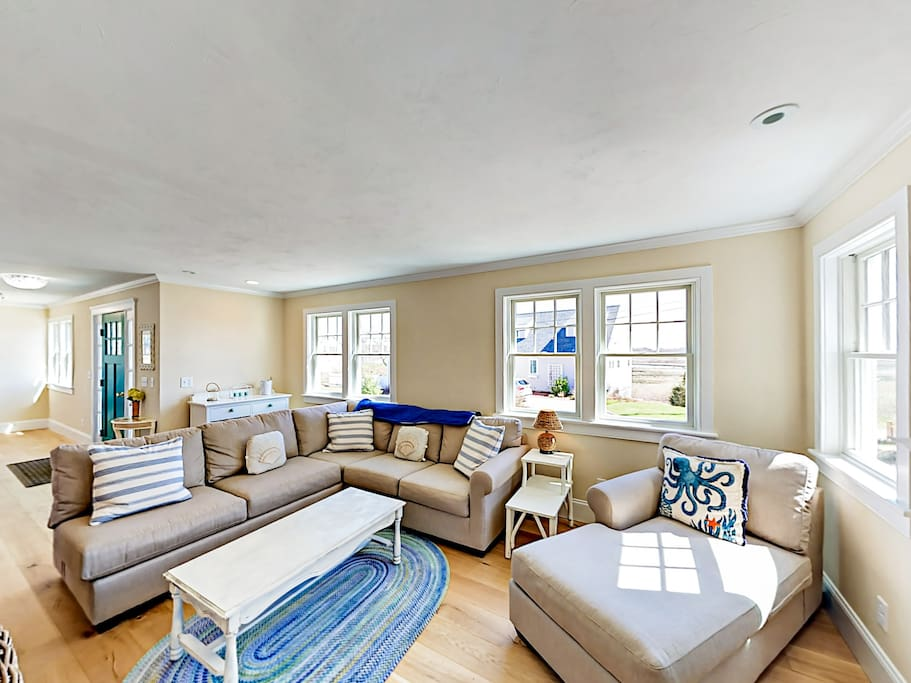 Ample seating for 6 in the tranquil open-plan living area.
