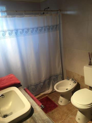 habitación baño privado ideal para pasar la noche
