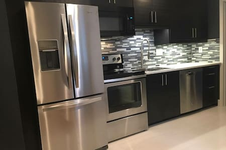 Sleek Downtown 1 QN BD/1BA Apartment (#4)