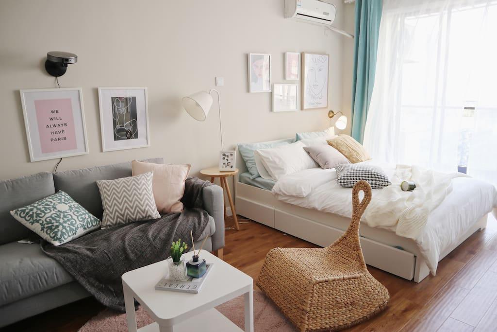 温馨舒适的客厅空间,配备美貌柔软的抱枕,坚果投影仪全会员,一本本杂志。氛围轻松愉快的家庭影院,影视资源覆盖全面,让你温柔的沦陷在沙发里。