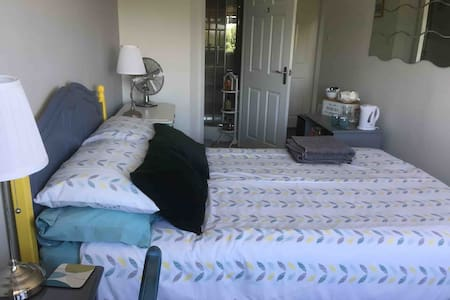 Light, airy & comfy double room, ensuite, parking