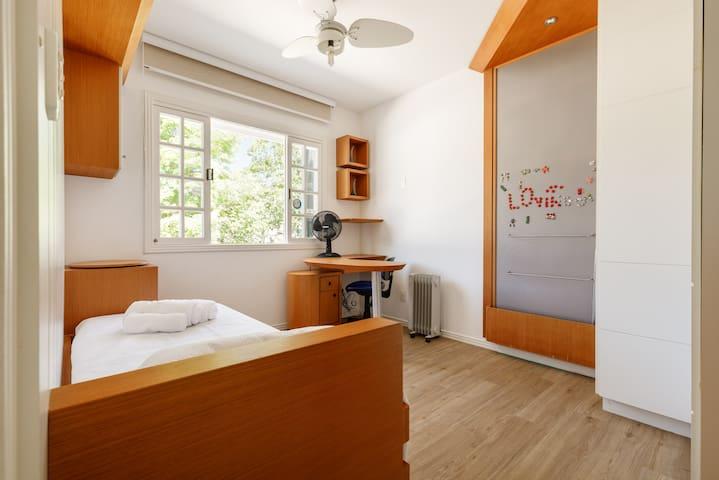 Quarto 2 - 2 camas de solteiro, sendo uma alta e uma auxiliar padrão. ar condicionado