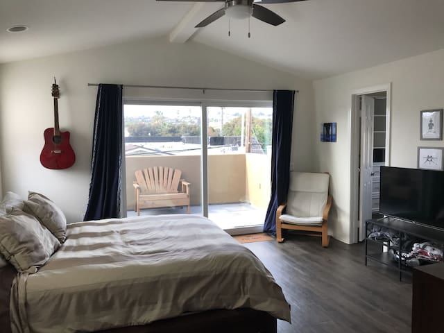 Private, 3rd floor suite & balcony in central PB