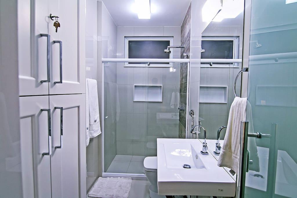 Suíte com 1 cama de casal, ar condicionado split, armários e banheiro privativo.