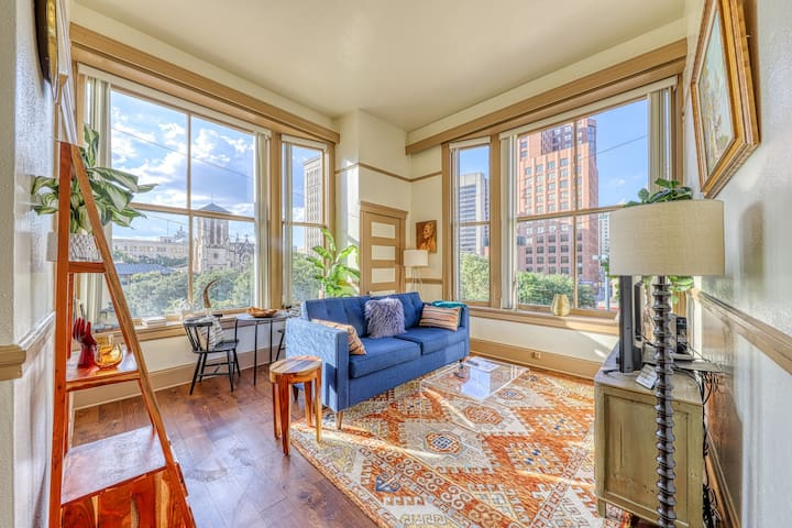 Riverfront apartment in the heart of downtown - close to everything