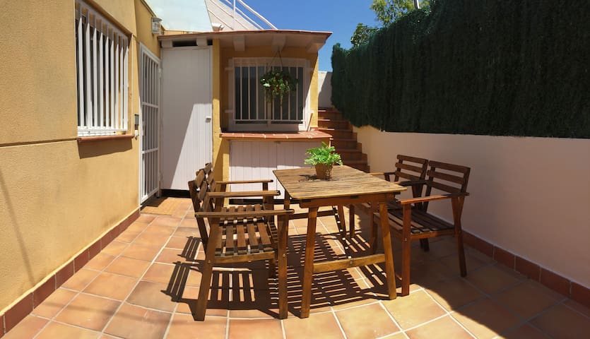 FULLY EQUIPPED with ROOF TERRACE 5PP METRO WIFI AC
