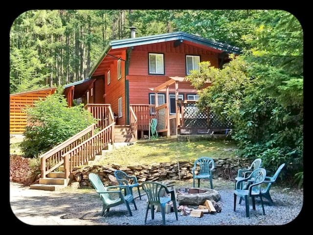 "Elk View Lodge ""Cow"" - H.T. * A/C *WIFI * Sleeps 4"