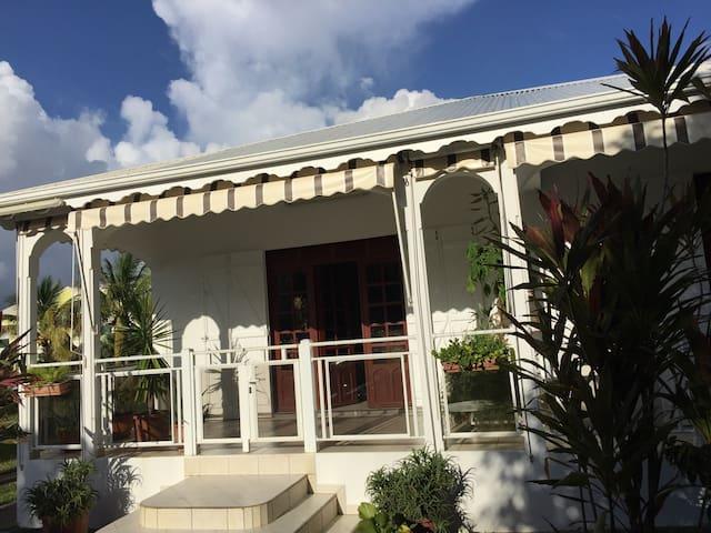 Villa clôturée, quartier calme
