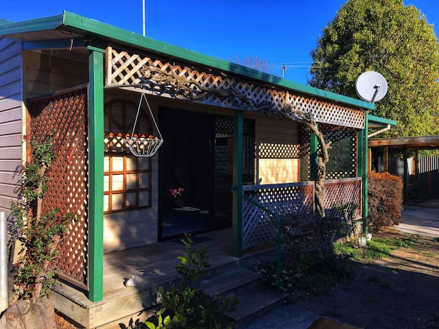Cosy Cottage Close to Airport with Breakfast