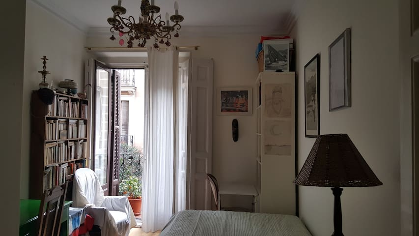 CENTRALLY LOCATED ROOM 10 MIN SOL - Madrid - Bed & Breakfast