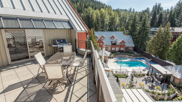 Creekside Penthouse Suite w/Private HotTub + BBQ