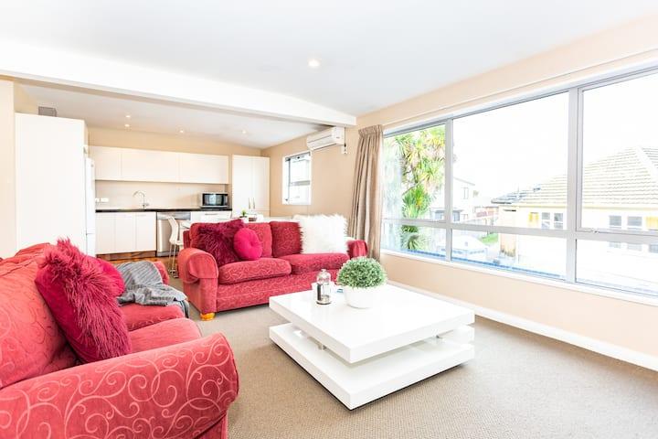 Cozy home, great location - 7 Night special deals