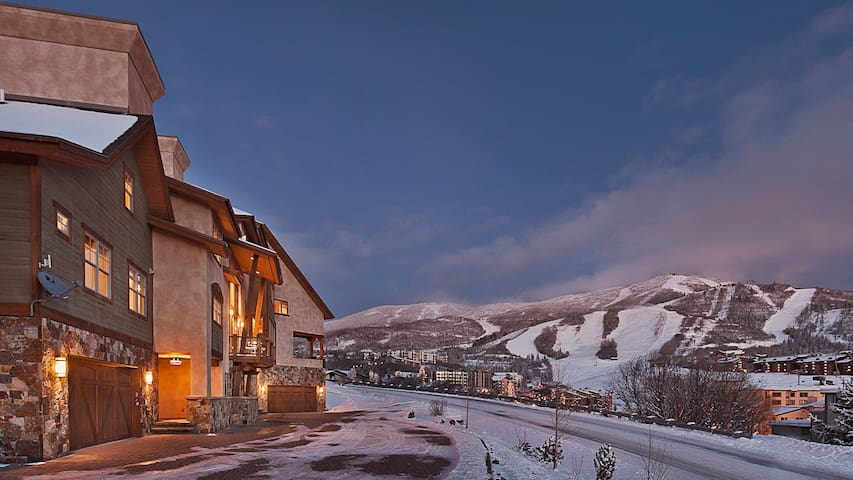 Sunshine Peak Chalet - 4BR Home + Private Hot Tub - Steamboat - Huis