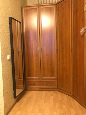 Часть комнаты напротив кровати
