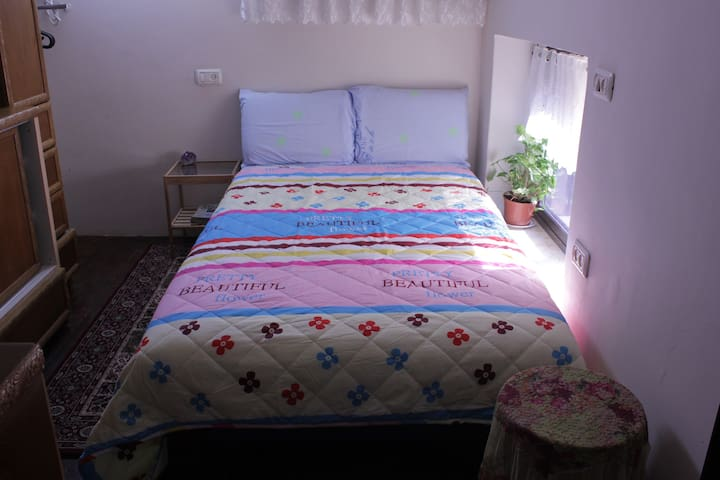 Bedroom with queen size bed & air-condition