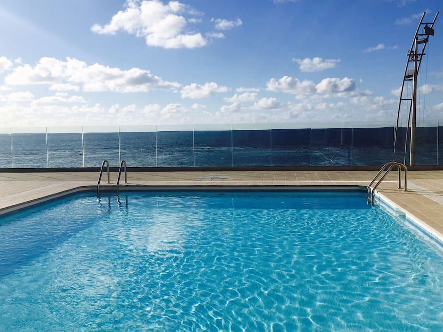 Piso con piscina en primera linea playa canteras apartamentos en alquiler en las palmas de - Piscina las palmas ...