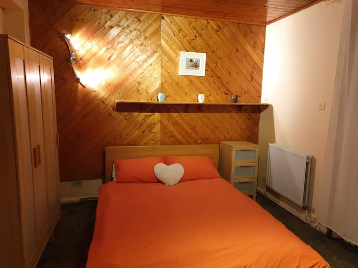 Cosy double room w/ private loo, warm family home