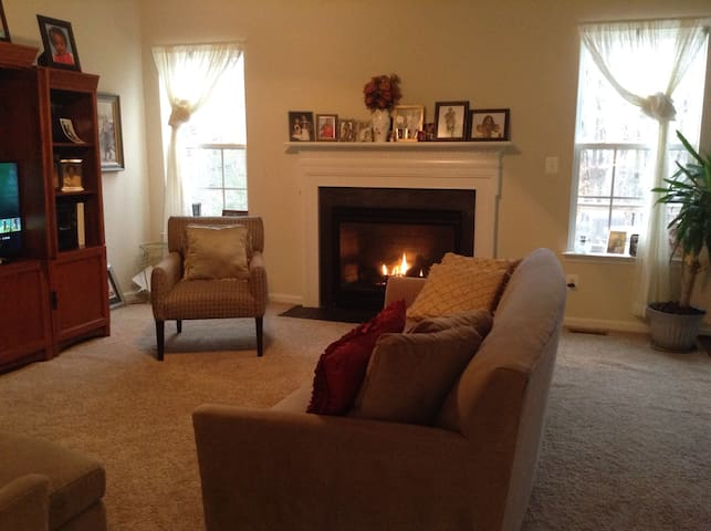 Lovely 1st Floor and Furnished Basement w/Bedroom - Lake Ridge - House
