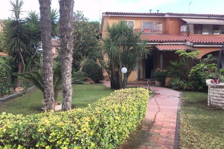 Villa a schiera con bel giardino a 200 mt dal mare