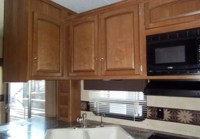 Spacious RV in beautiful campground.  Like home! - Pottersville - Camper/RV
