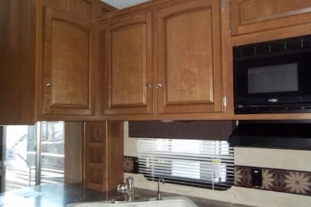 Spacious RV in beautiful campground.  Like home! - Pottersville