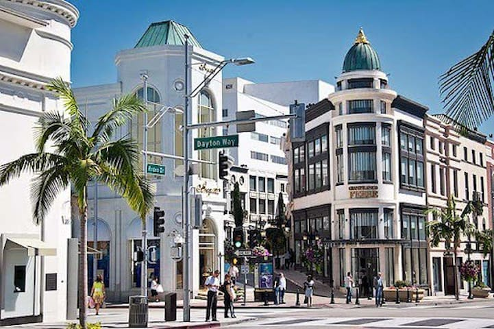 CUTE BEVERLY HILLS SUITE NEAR RODEO DR W/PARKING!