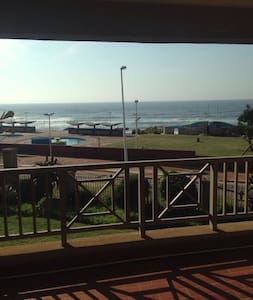 Ansteys Beachfront apartment - Bluff - Apartamento