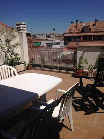 Bright blue room with exit to terrace - Madrid - Byt