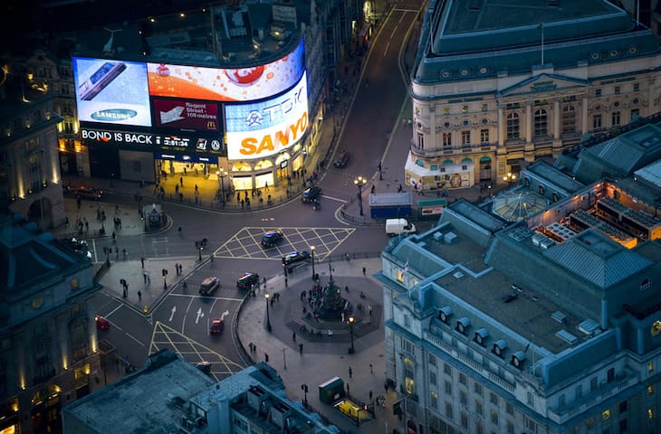 Piccadilly Circus: 20 minutes metro ride from the apartment